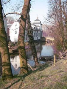 Het kasteel van Stein met gracht in de winter.