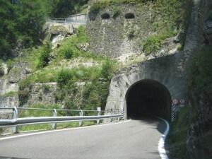 Op onze afdaling vanaf de Splügenpas komen we door diverse tunneltjes.
