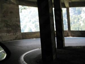 Via bochtige tunnels en galerijen gaat het vanaf de Splügenpas bergafwaarts, Italië in.