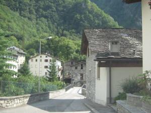 Er staan nog veel natuurstenen huizen in de dorpjes dicht bij de Malojapas.