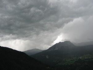 Binnen een half uur na onze thuiskomst van de rit naar de Splügenpas en de Malojapas is de hemel donker en begint het te stortregenen.