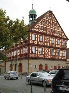 Het mooie stadhuis van Bad Staffelstein ligt midden in het centrum.