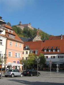 """Bad Staffelstein en de omgeving. De """"Plassenburg"""" torent hoog boven Kulmbach uit."""