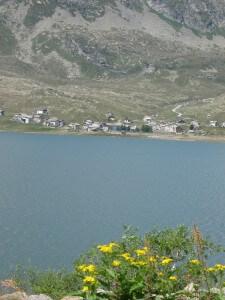 Het dorp Montesplüga vanaf de Italiaanse kant van de Splügenpas.