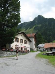 Achterin Val Tuors, een zij dal van de Albulapas, ligt het dorpje Chantz.