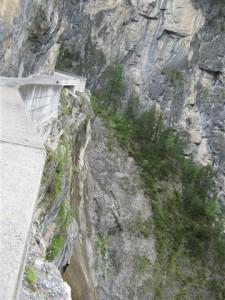 Geen weg langs de rotsen van de Albulapas? Dan maken we er een.