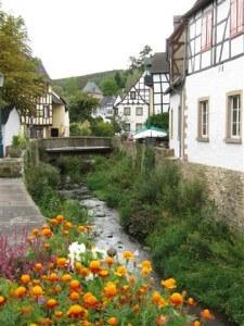 De beek stroomt midden door Bad Münstereifel.