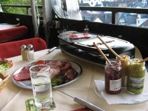 """Het """"Ritter-essen"""" in de burcht boven Bad Münstereifel, smaakte uitstekend."""