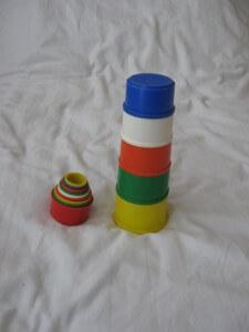 Stapelbakjes om torentjes mee te bouwen zijn voor een baby van zes maanden enorm leuk speelgoed.