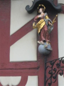 Aan de gevels van de huizen van Bad Staffelstein hangen diverse heiligenbeeldjes.