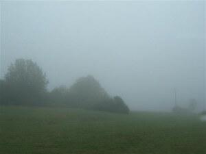 De mist geeft het landschap rond Bad Staffelstein een geheimzinnig uiterlijk.