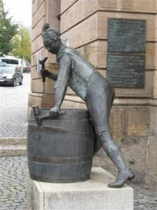 Het beeldje van de tonnenmaker in Kulmbach, dicht bij Bad Staffelstein.