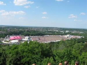 Alternatieve Pinkpop bezoekers hebben vanaf de steenberg ernaast een prachtig overzicht op het Pinkpop terrein.