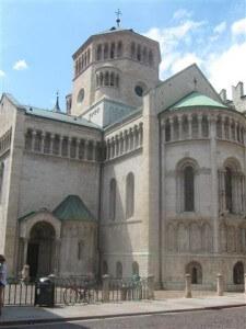 Trento dat een uurtje rijden verwijderd van het Val di Non ligt, heeft een mooie kathedraal.
