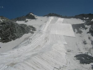 De skihellingen zijn afgedekt. met isolerend materiaal.