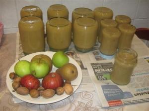 Inmaken in glazen potten met een metalen schroefdeksel, waar voorheen groenten of fruit in gezeten hebben, gebeurt op bijna dezelfde wijze als vroeger in de oude inmaakglazen.