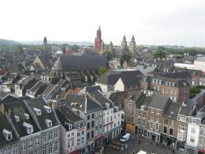 Foto vanaf het torentje van het stadhuis in Maastricht. Voor Maastricht zelf hebben de fusies alleen maar voordeel gebracht, voor de deelgemeenten minder.