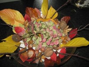 Herfststukjes maken kan op een eenvoudige manier en zo goed als zonder kosten. Het materiaal ligt in tuin, park en bos voor het oprapen.