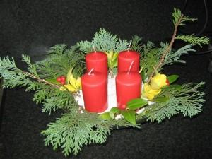 De uitgaven voor een kerststukje zijn minimaal als u het zelf maakt. Alleen de kaarsen en eventueel wat groen. De rest hebt u meestal al in huis of kunt u uit de tuin halen.