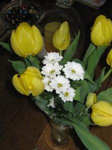 Narcissen en de vroegste tulpen komen op warme plekjes in de tuin al open en versterken het lentegevoel.De lente in Limburg maakt van de tuintjes kleine paradijsjes.