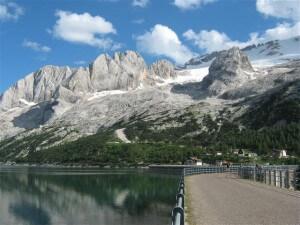 De Marmolada is een van de hoogste bergen binnen de Dolomieten.Aan de voet van de berg ligt een stuwmeer.