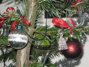 Kerstkaarten horen bij de kerstsfeer en horen ook tegelijk met de kerstboom opgeruimd te worden.