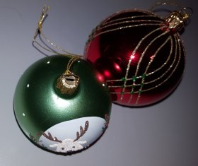 Een kerstcadeau hoeft niet altijd glimmer en glitter te zijn, maar een paar kerstballen als mooi cadeau erbij is nooit verkeerd.